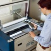 Bild des Lasercutters mit geöffneter Schutzklappe