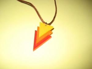 Das Bild zeigt einen Anhänger in den Farben Rot, Orange und Gelb.