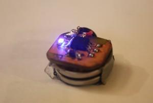 Kleine Platine mit Attiny, Kerko und LED; bildet Stapel mit zwei Knopfzellen
