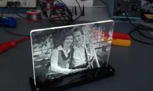 Beleuchtetes, in transparentes Acryl gelasertes Foto in schwarzem Acrylsockel