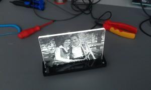 In transparentes Acryl gelasertes Foto mit Beleuchtung von unten, Sicht von oben