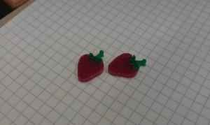 Zwei Ohrringe in Erdbeerform