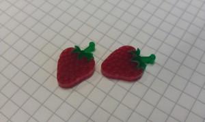 Zwei Erdbeeren aus Acryl