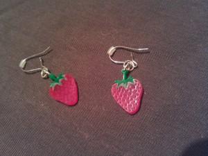 Die Ohrringe mit Aufhängung aus gebogenem Silberdraht
